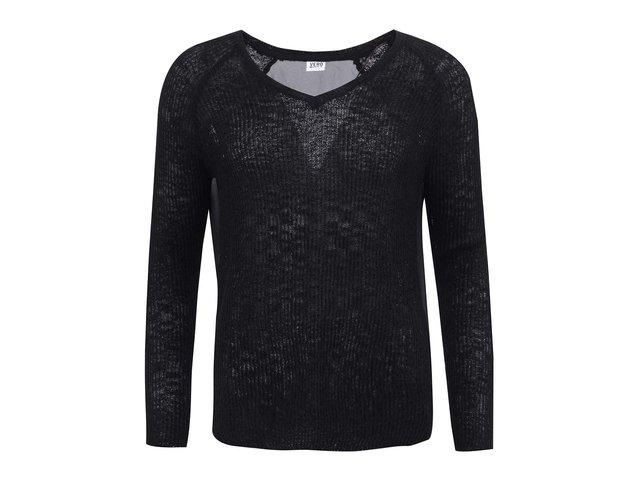 Černý svetr s výstřihem do