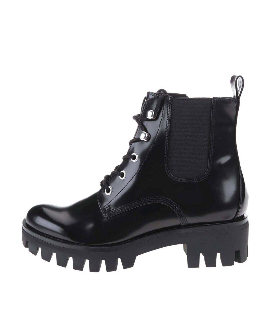 Černé kotníkové boty s výraznou podrážkou Tamaris
