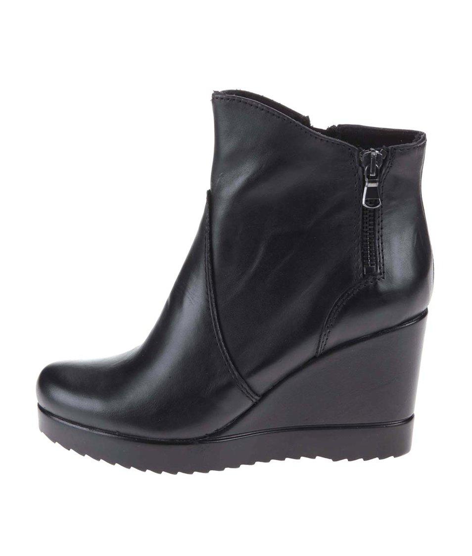 Černé nižší kožené kotníkové boty na klínku Tamaris