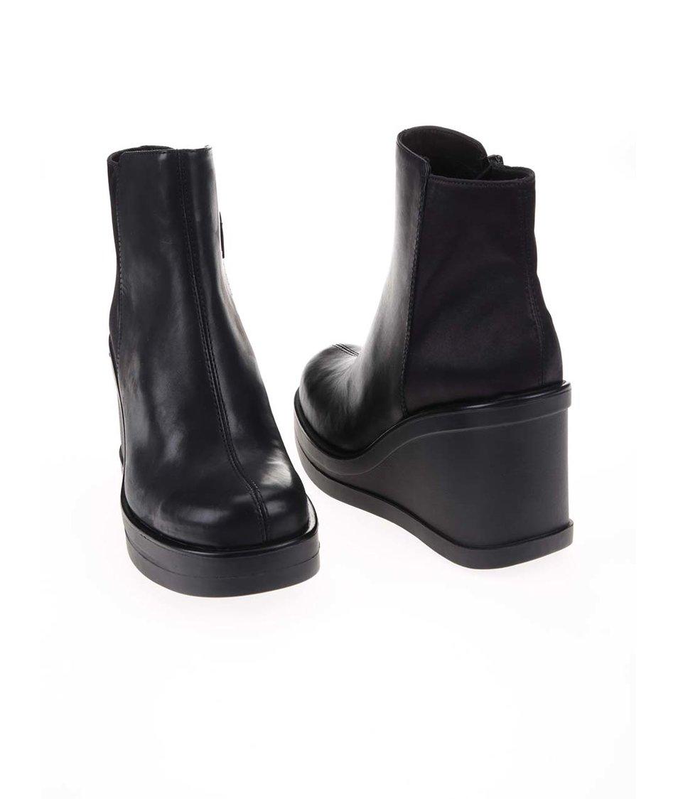 Černé kožené kotníkové boty na klínku Vagabond Lorene
