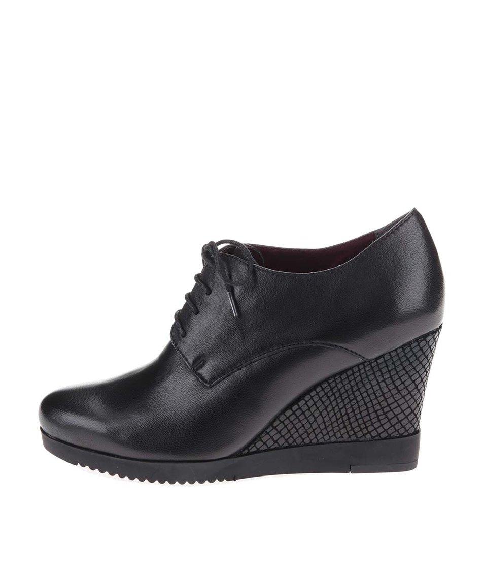 Černé kožené boty na vzorovaném klínku Tamaris