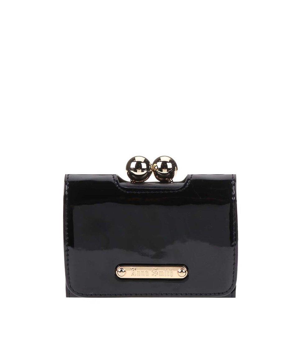 Černá lakovaná peněženka s retro zapínáním Anna Smith