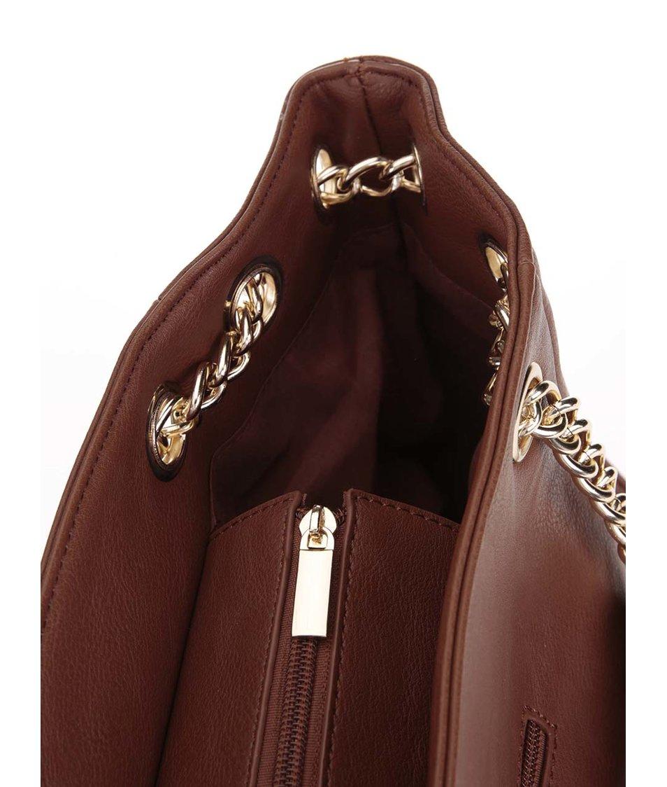Hnědá větší kabelka s ozdobným přívěskem Gessy