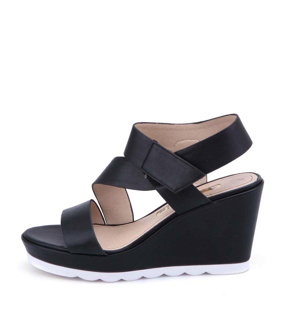 Černé sandálky na klínku Tamaris