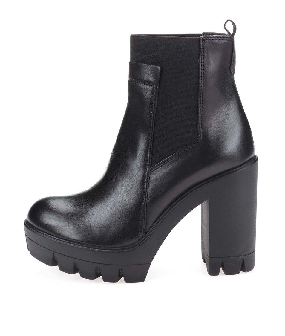 Černé kožené kotníkové boty na podpatku s výraznou podrážkou Tamaris