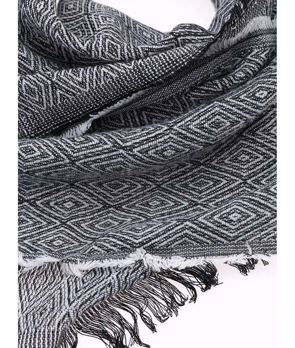 Bílo-černá vzorovaná šála ONLY Alexa