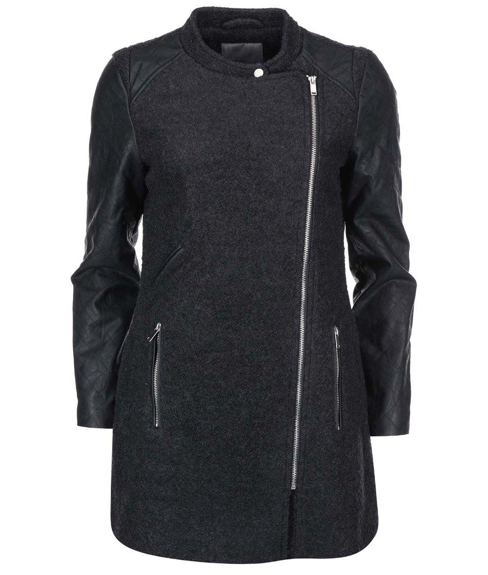 Tmavě šedý kabát s koženkovými rukávy Vero Moda Sanni