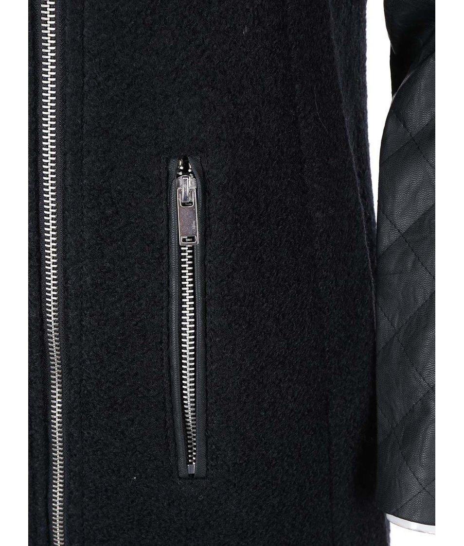 Černý kabát s koženkovými rukávy Vero Moda Sanni