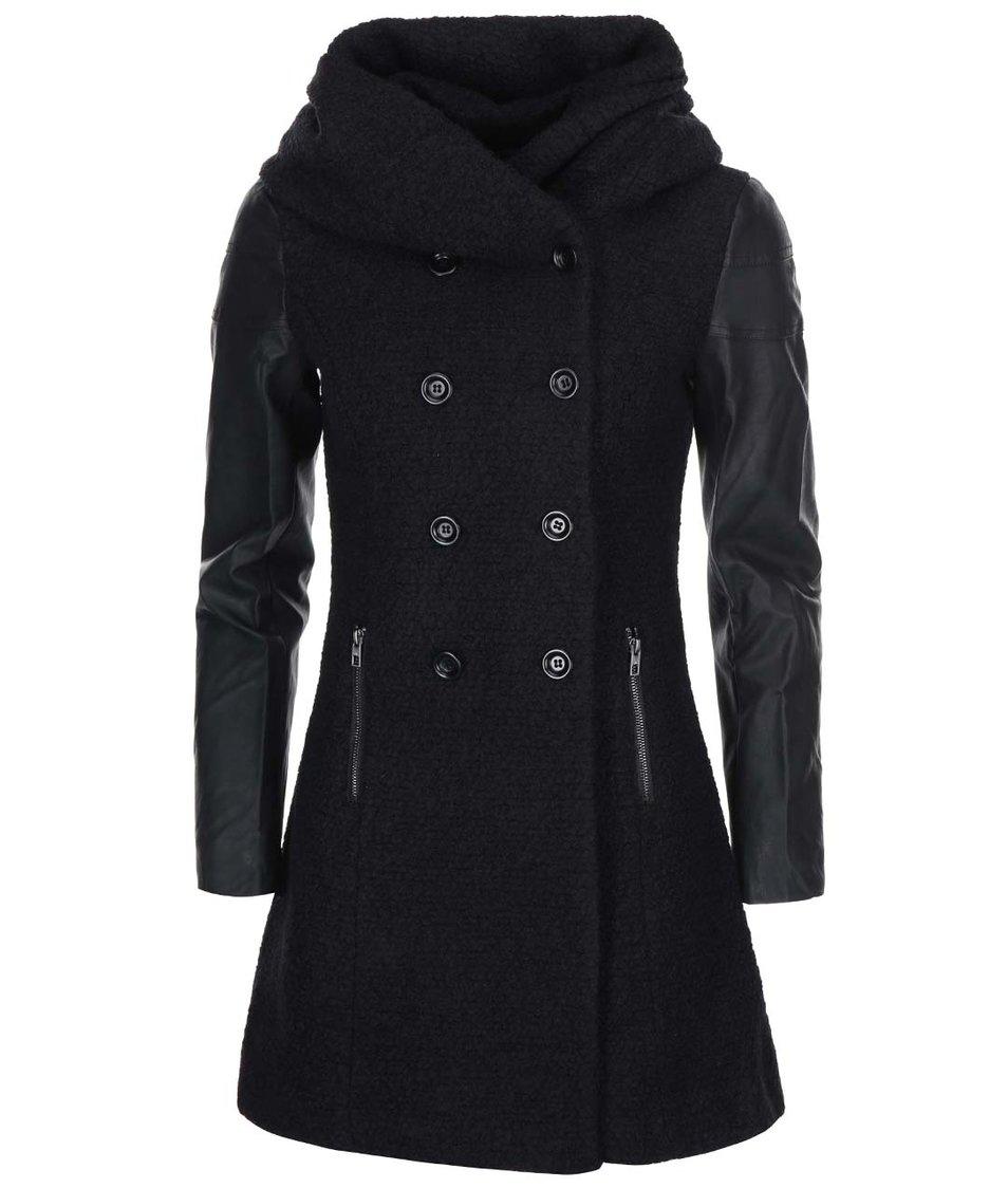 Černý kabát s koženkovými rukávy ONLY Lisa