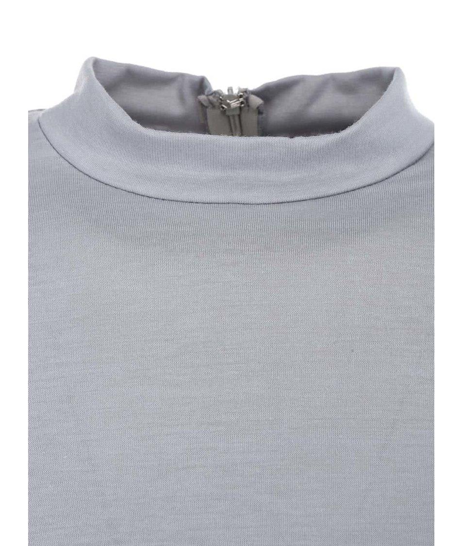 Světle šedé přiléhavé šaty s nařasením AX Paris