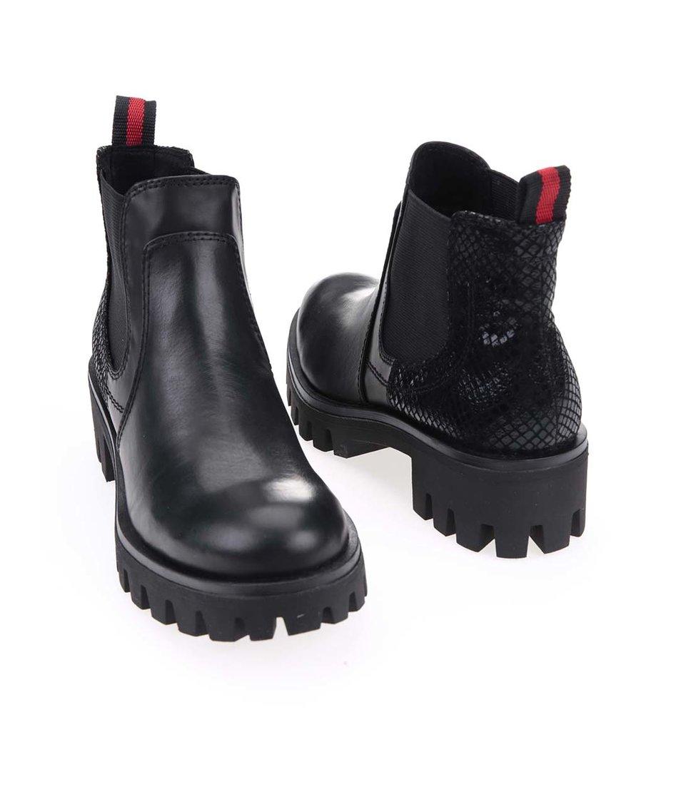 Černé chelsea boty s výraznou podrážkou Tamaris
