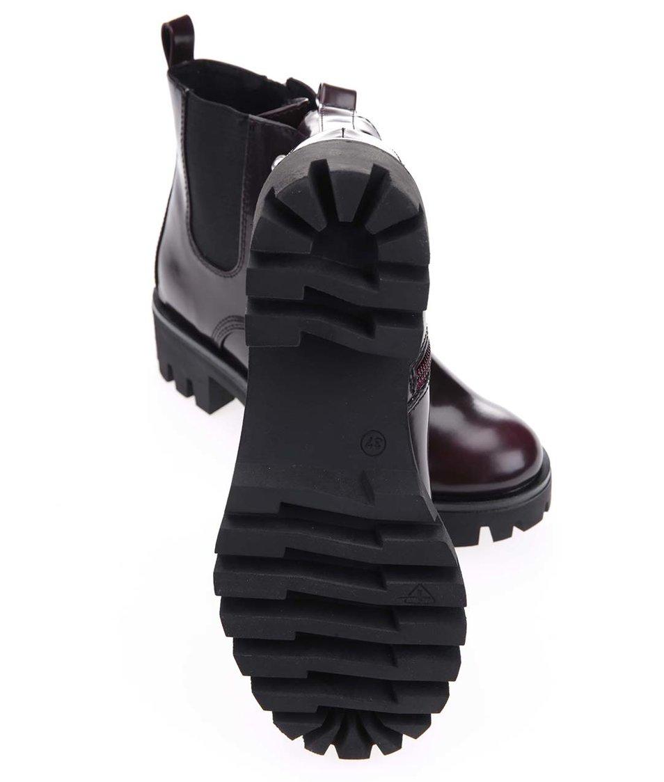 Vínové chelsea boty na výrazné podrážce Tamaris