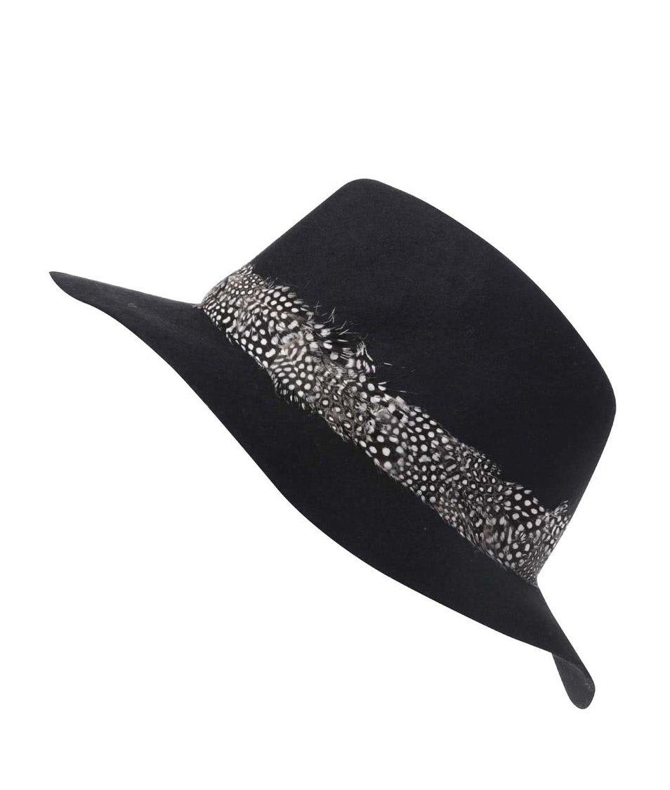 Černý klobouk s peříčky Pieces Town