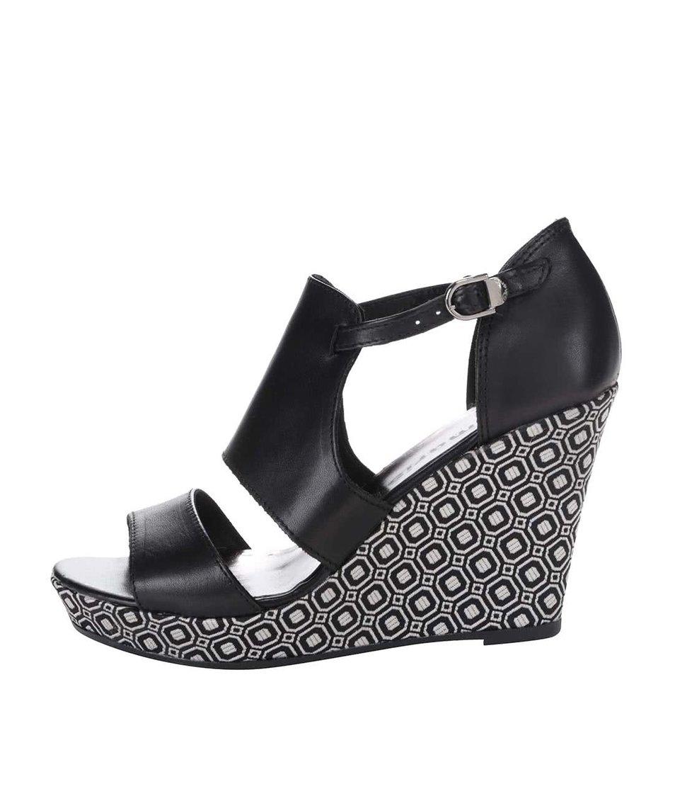 Černé kožené vzorované boty na klínku Tamaris