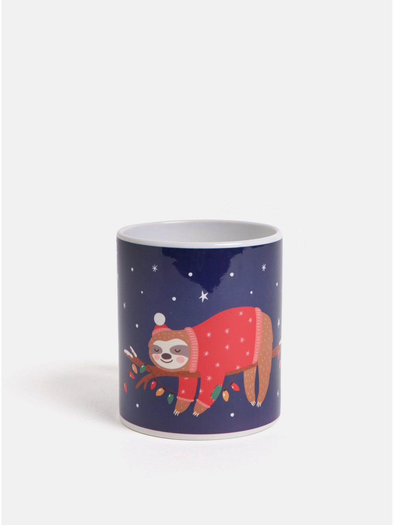 Tmavomodrý hrnček s vianočným motívom leňochoda Butter Kings