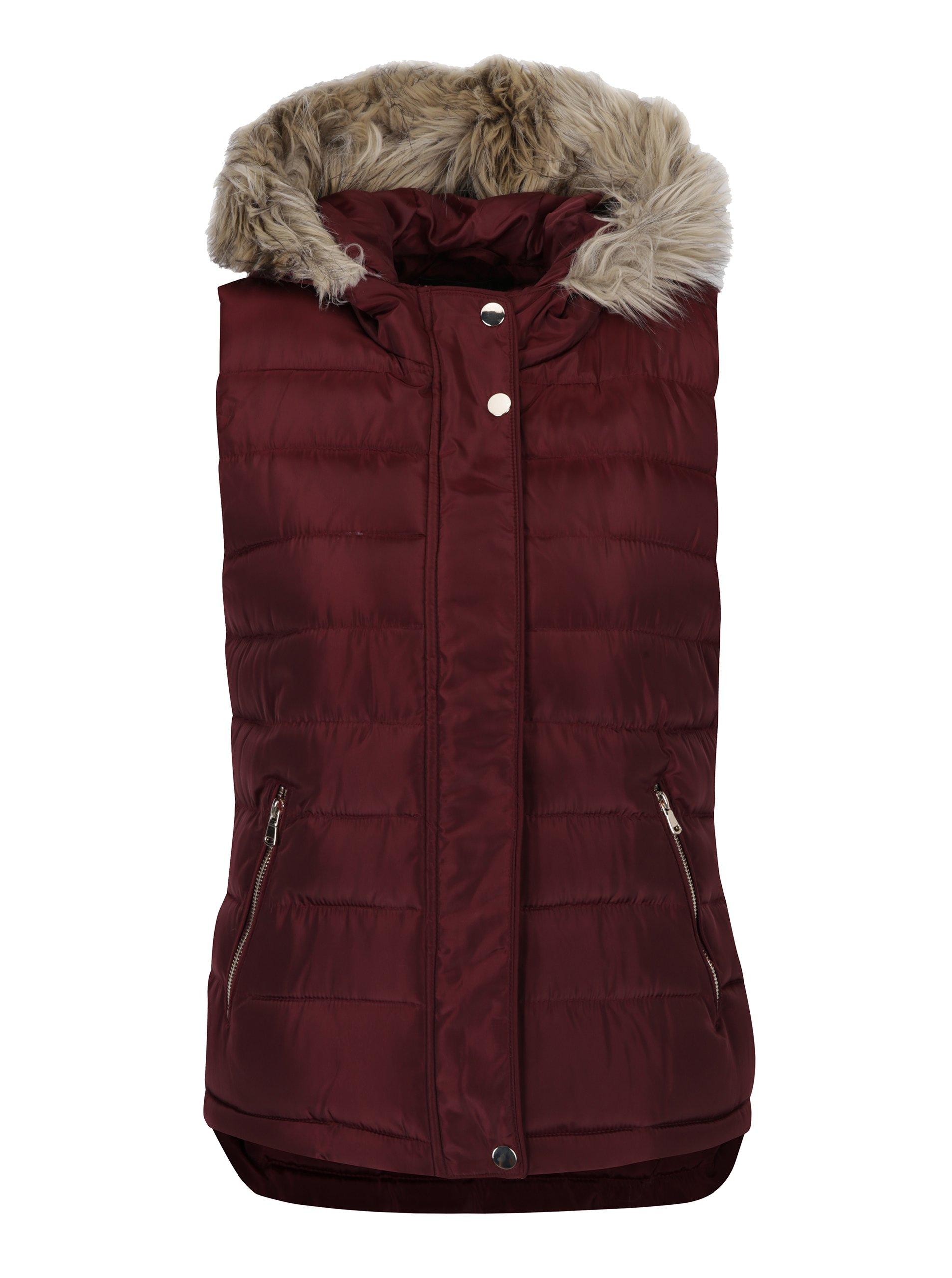 Vínová prošívaná vesta s kapucí a umělým kožíškem Dorothy Perkins
