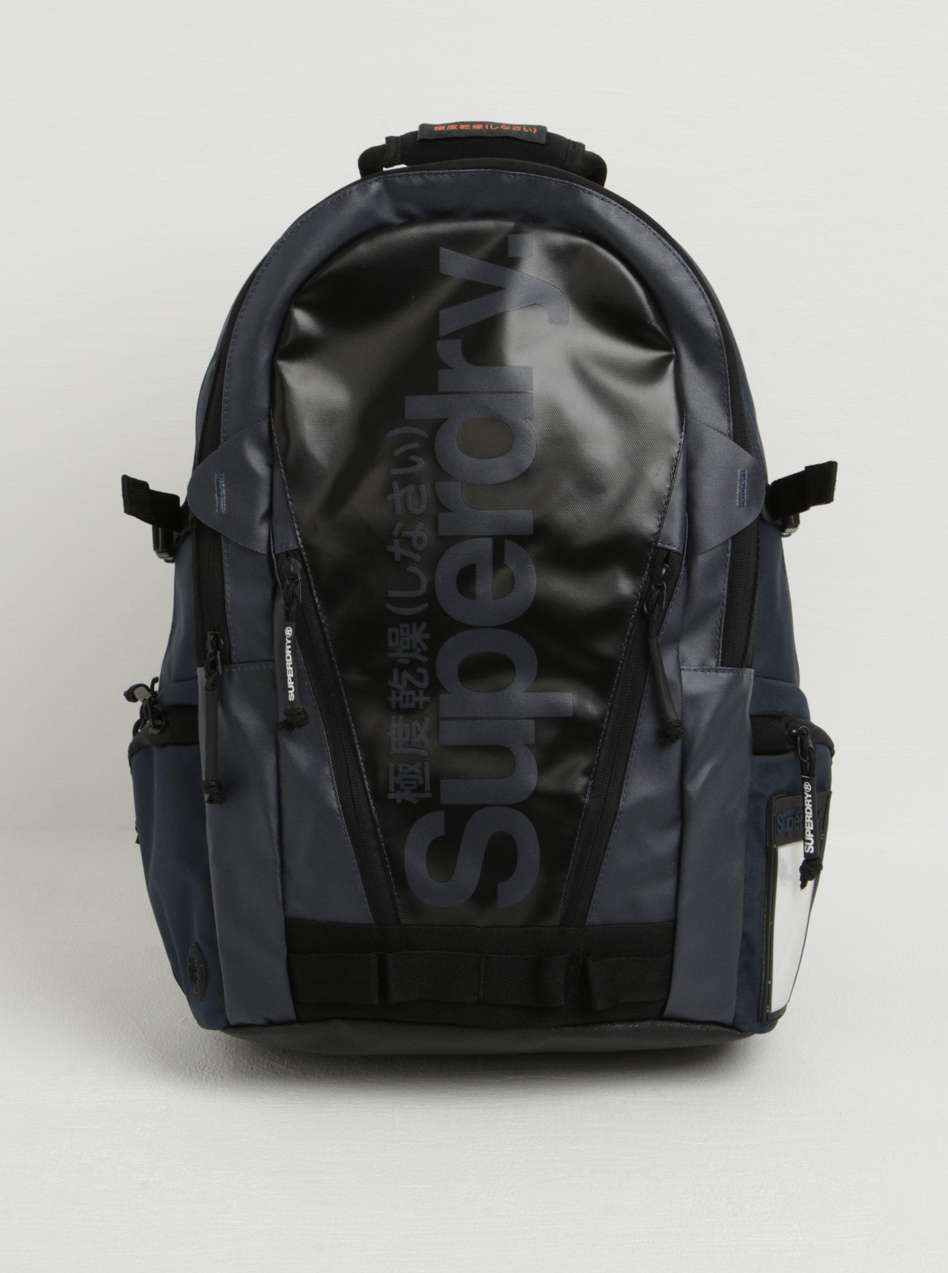Tmavě modrý batoh s logem Superdry Mono 21 l