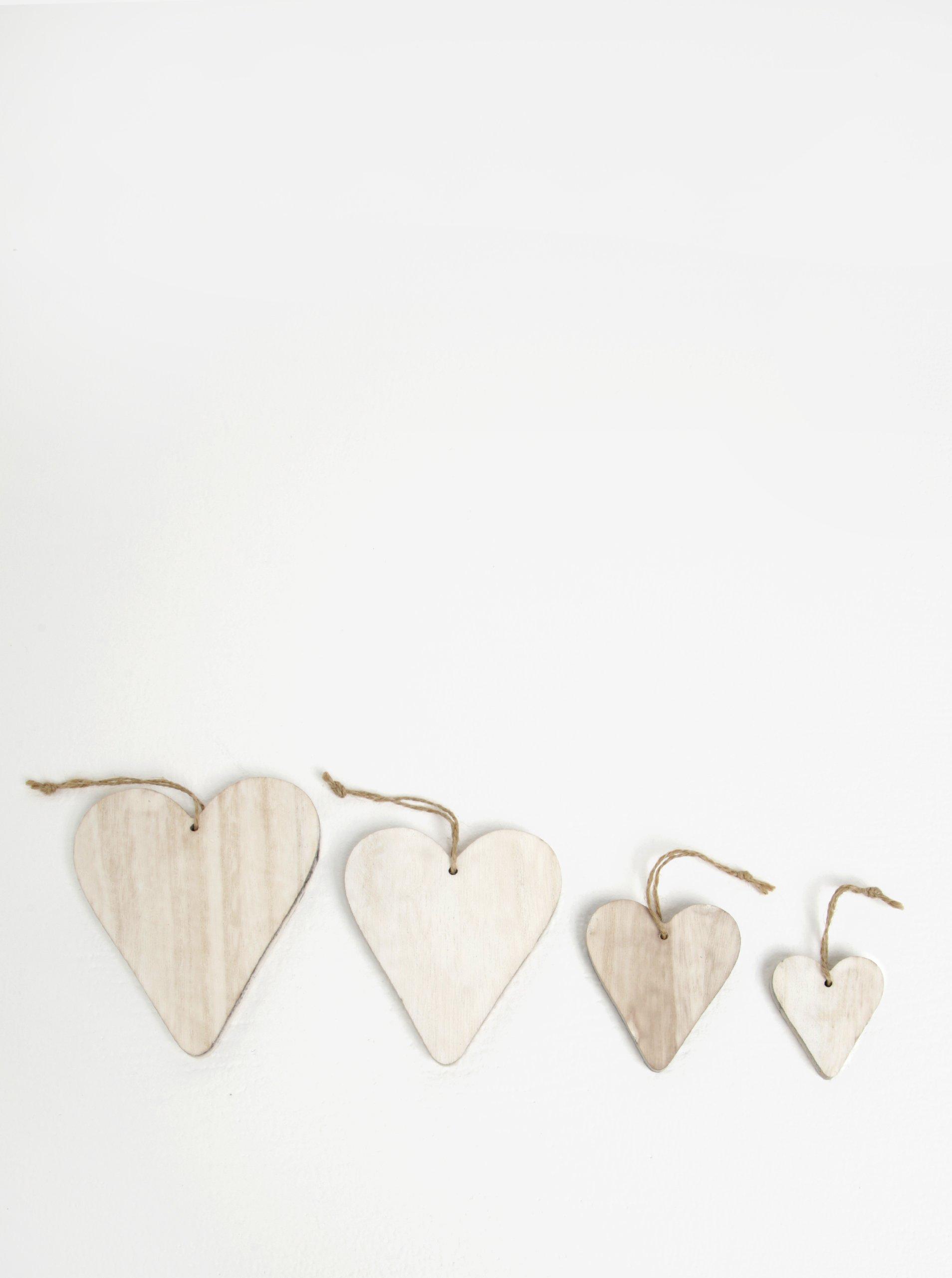 Sada čtyř kusů dřevěné závěsné dekorace ve tvaru srdcí v bílé barvě Dakls