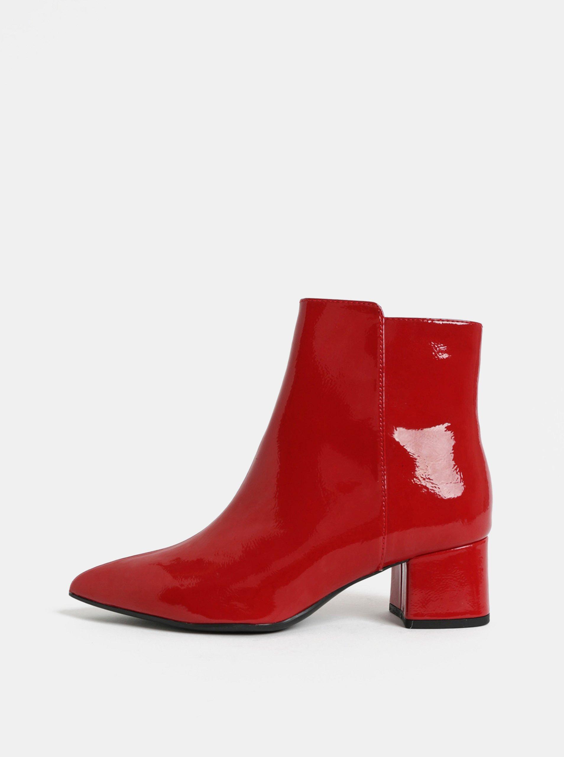 Červené lesklé kotníkové boty na nízkém podpatku Tamaris