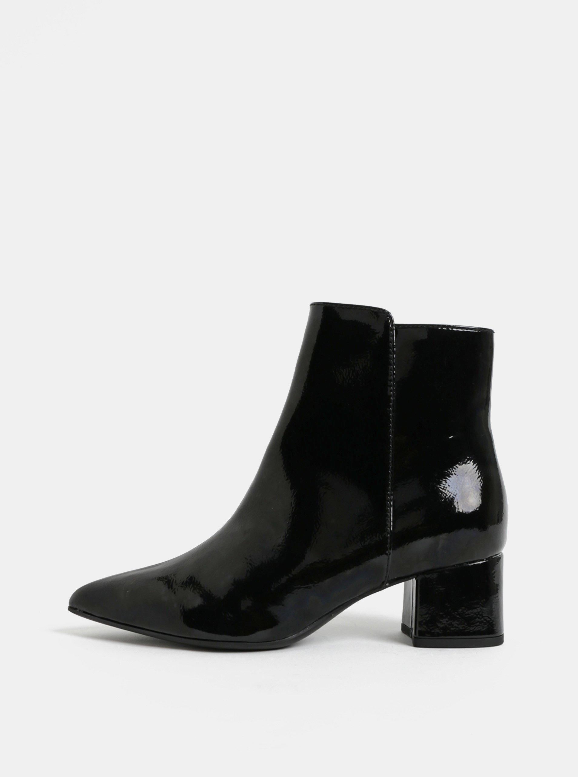 68a804e85 Čierne lesklé členkové topánky na nízkom podpätku Tamaris