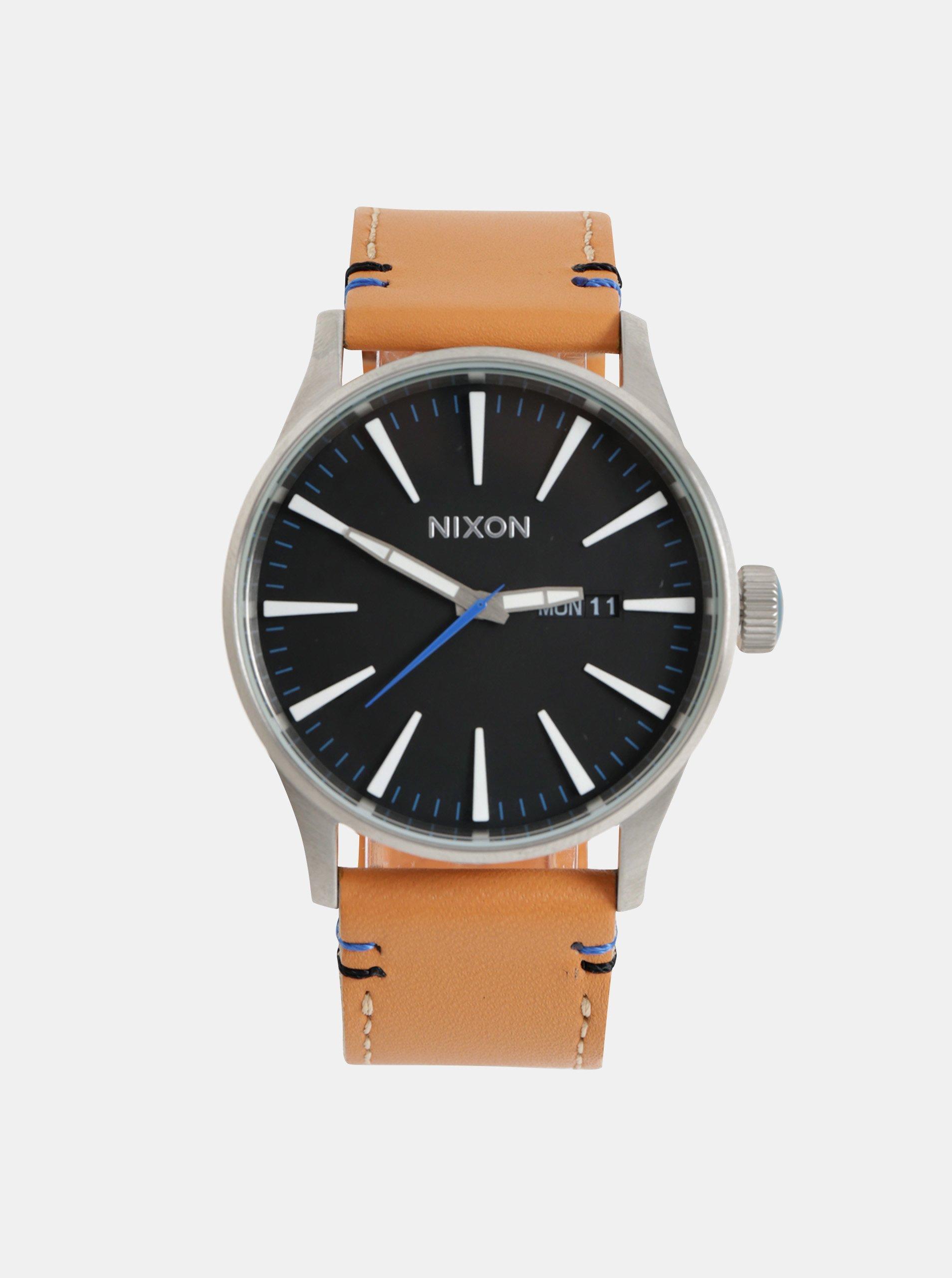 Fotografie Pánské hodinky s hnědým koženým páskem NIXON