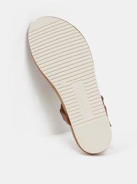 Hnědé sandály s detaily ve zlaté barvě Tamaris - 2