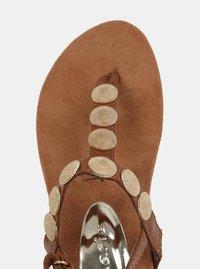 Hnědé sandály s detaily ve zlaté barvě Tamaris - 4