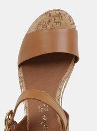 Hnědé kožené sandály na klínku Tamaris - 4