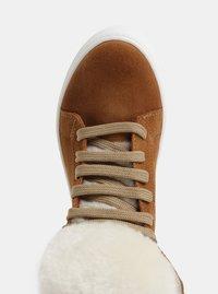 Světle hnědé semišové kotníkové zimní boty s umělým kožíškem OJJU - 2