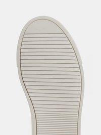 Kožené tenisky ve stříbrné barvě s metalickými odlesky a gumovou aplikací KARL LAGERFELD - 4