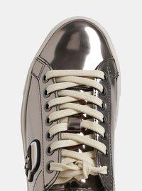 Kožené tenisky ve stříbrné barvě s metalickými odlesky a gumovou aplikací KARL LAGERFELD - 1