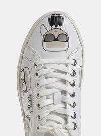 Bílé kožené tenisky s motivem KARL LAGERFELD - 1