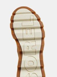 Hnědé dámské zimní kotníkové voděodolné boty v semišové úpravě SOREL Kinetic - 4
