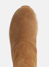 Hnědé dámské zimní kotníkové voděodolné boty v semišové úpravě SOREL Kinetic - 3