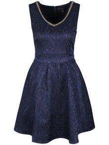 Tmavomodré vzorované šaty s ozdobným výstrihom Mela London