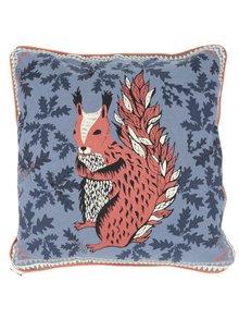 Modrý polštář s potiskem veverky Disaster Squirrel