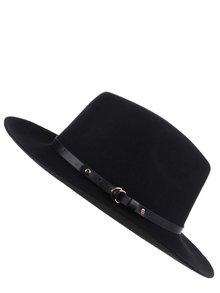 Pălărie neagră cu garnitură din imitație de piele Pieces Daniella