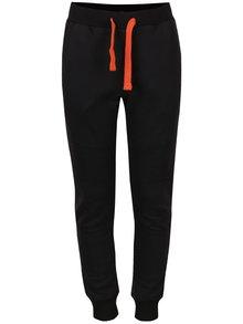 Černé klučičí tepláky s oranžovou tkaničkou 5.10.15.