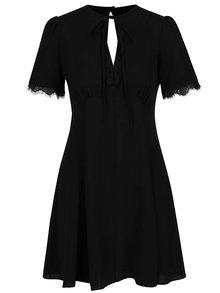 Čierne šaty s čipkovanými detailmi Miss Selfridge