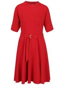 Červené šaty s prestrihmi na ramenách Closet
