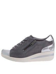 Sivé semišové tenisky na platforme s detailmi v striebornej farbe Tamaris