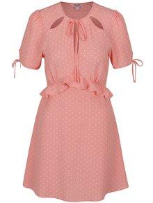 Růžové puntíkované šaty s průstřihy v dekoltu Miss Selfridge Petites