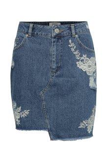 Modrá džínová sukně s výšivkami a potrhaným efektem Miss Selfridge