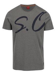 Sivé pánske slim fit tričko s potlačou na prednej aj zadnej strane s.Oliver