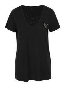 Černé tričko s pásky ve dekoltu a nášivkou ONLY Mili