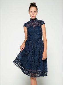 Tmavomodré čipkované šaty so stojáčikom Chi Chi London