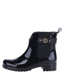 Čierne dámske gumové chelsea topánky s detailmi v zlatej farbe Tommy Hilfiger Oxley