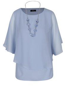 Světle modrá volná halenka s netopýřími rukávy a náhrdelníkem M&Co