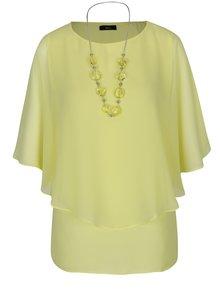Světle žlutá volná halenka s netopýřími rukávy a náhrdelníkem M&Co