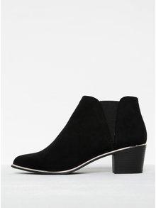 Čierne členkové topánky v semišovej úprave na podpätku Miss Selfridge